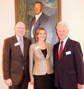 Horst Arnold, langjähriger Protokollchef der Bundespräsidenten mit Agnes Anna Jarosch und Rainer Wälde, den beiden Veranstaltern des Knigge Gipfels.