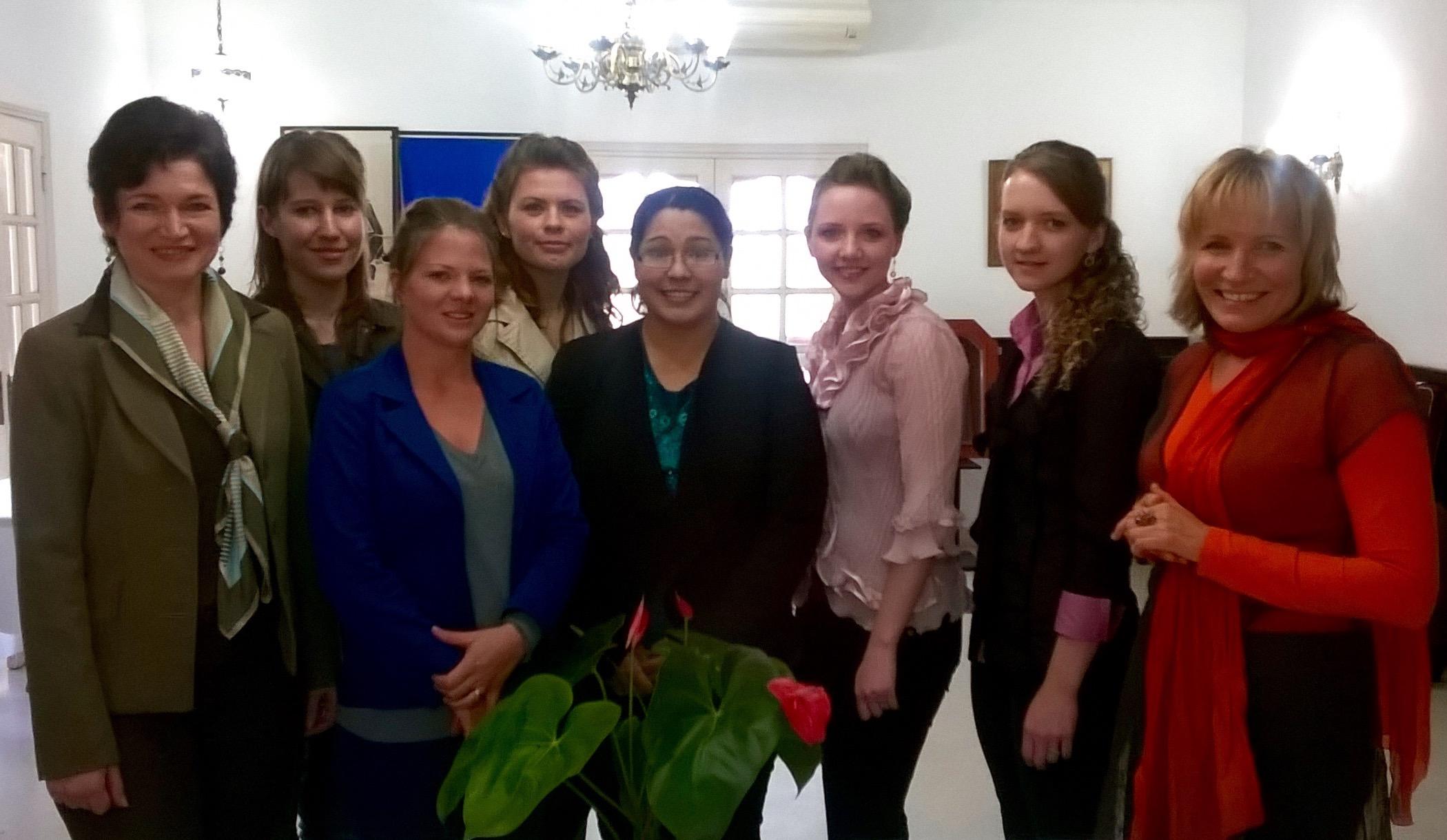Die ersten Absolventen in Paraguay gemeinsam mit Lynette Funk (links) und Anja Goudzwaard (rechts)